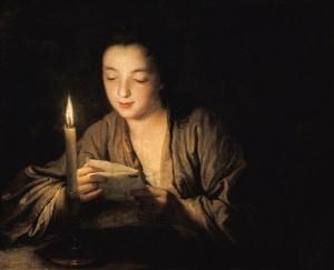 maedchen-bei-kerzenlicht-einen-brief-lesend